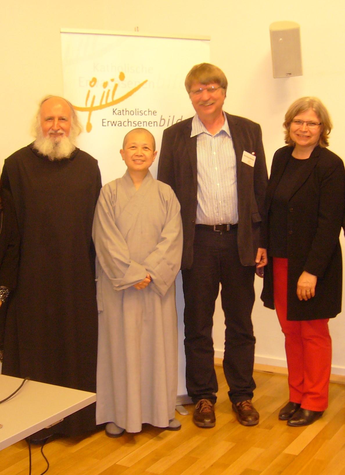 Lesung mit Pater Anselm Grün (l.) und der buddhistischen Nonne Shih Chao-hwei (2.v.l.)