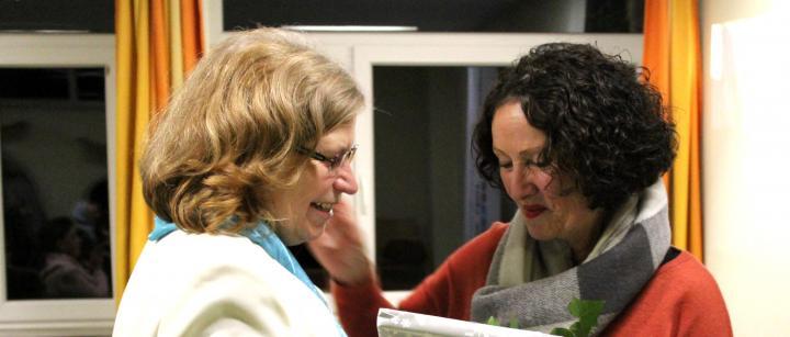 Cordula Canisius-Yavuz (links) erhält zum Abschied ein jüdisches Kochbuch von Ingrid Wettberg von der Liberalen Jüdischen Gemeinde Hannover.