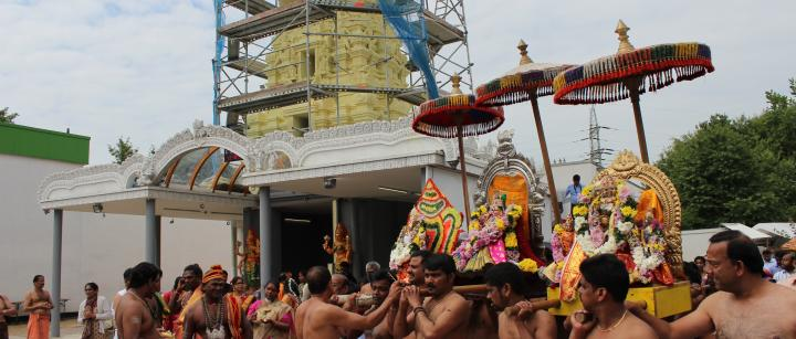 Prozession zur Einweihung des Turmes am Sri Muthumariamman Tempel in Hannover