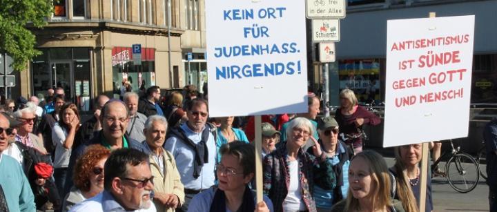 """Demonstranten mit Kippot und Plakat: """"Antisemitismus ist Sünde"""""""