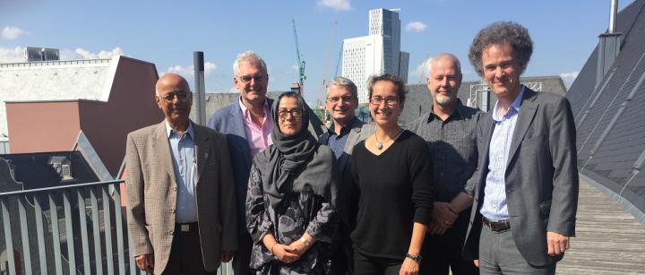 Die Räte der Religionen von Frankfurt und Hannover im Dialog über den Dächern von Frankfurt.