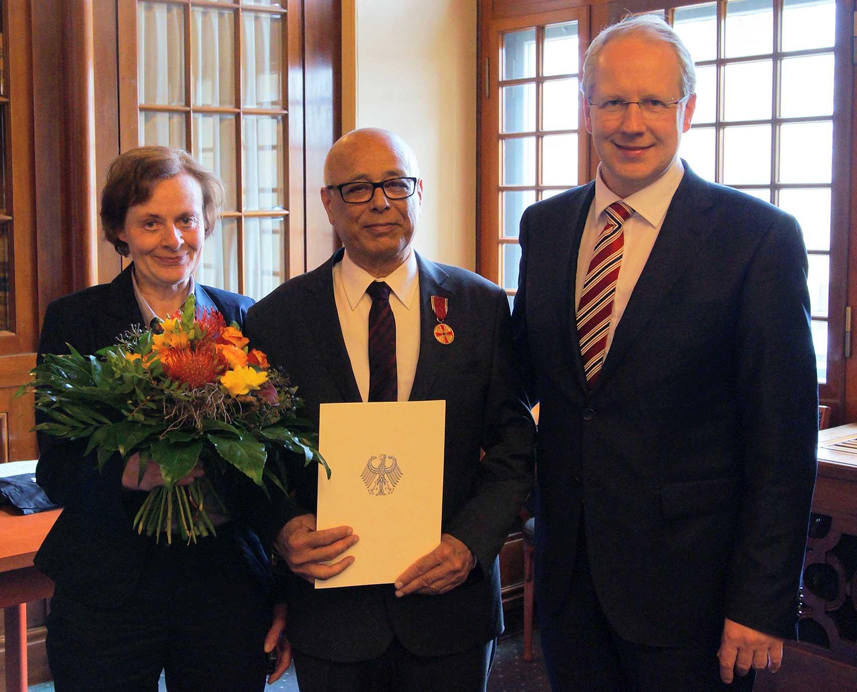 Ali Faridi mit seiner Frau Ursula und Oberbürgermeister Stefan Schostok